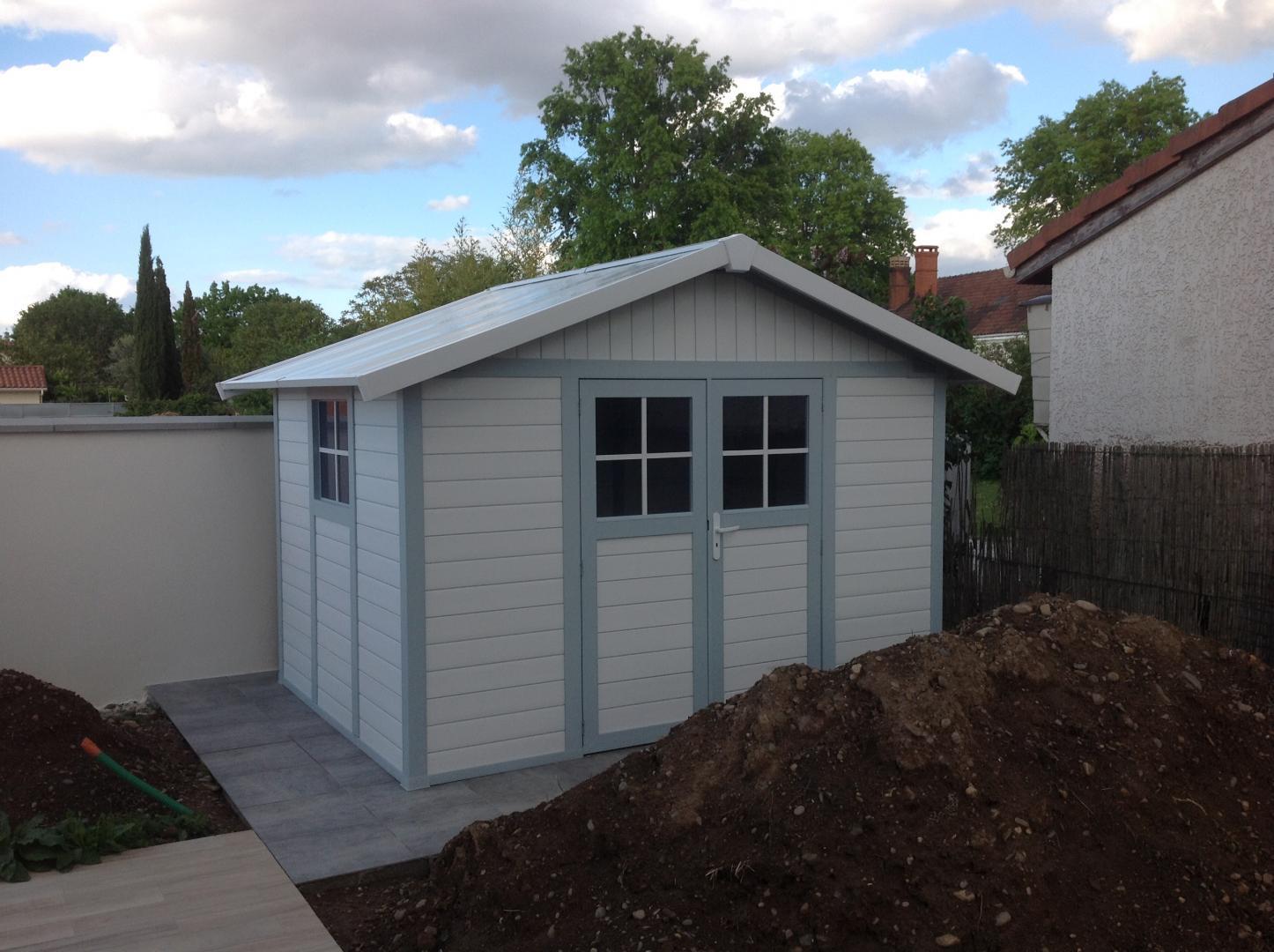Abri de jardin en pvc 7 5m deco blanc et gris bleu grosfillex for Abri de jardin en kit